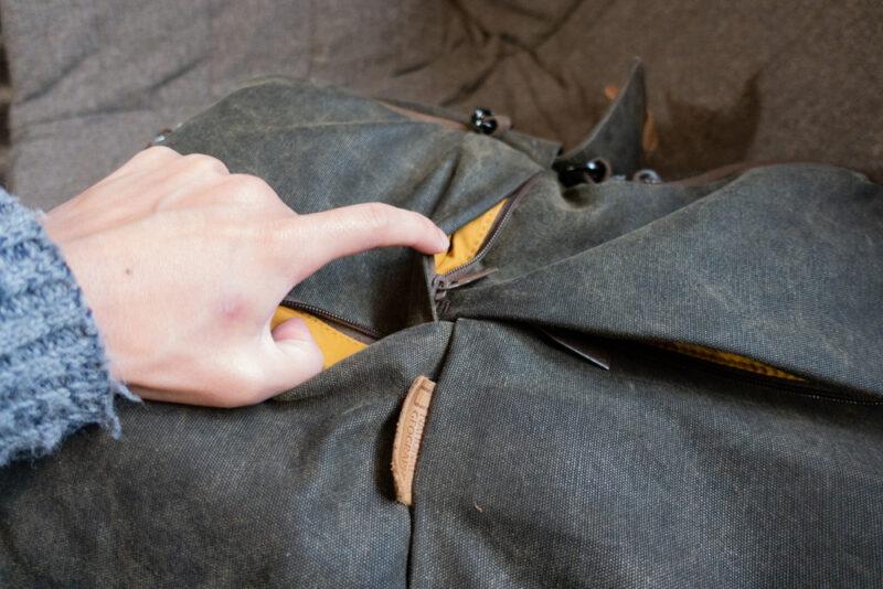 フロント部分に小型ポケット