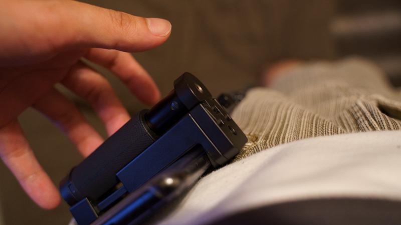 スマホ用カメラグリップ ShutterGrip2 ズボンに収納